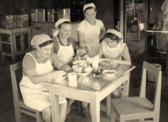 """הטבחיות בהפסקה במטבח בית הספר. שימש את חברי אשדות יעקב מאוחד בסמוך לזמן הפילוג, עד לסיום בניית חדר האוכל. צילם: אליהו כהן ז""""ל"""