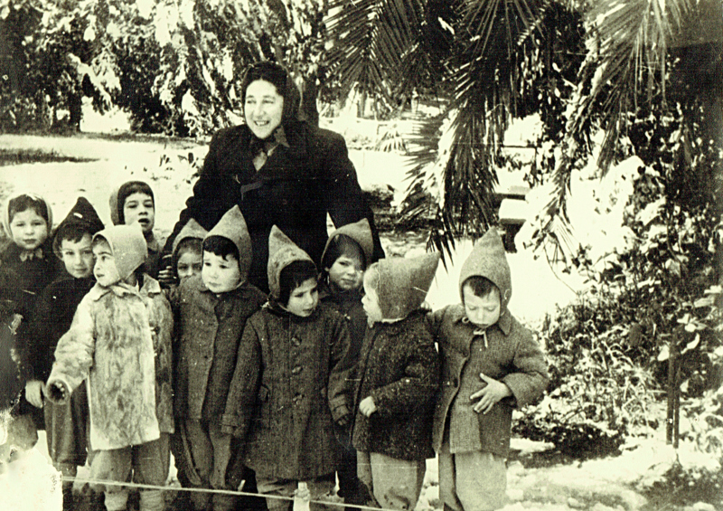 פירה קרן הגננת וילדי הגן בשלג. התמונה מהארכיון